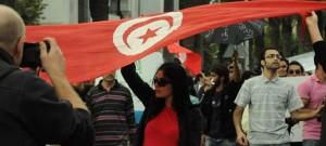 tunisie-La-femme-et-le-drapeau-aicha-s1