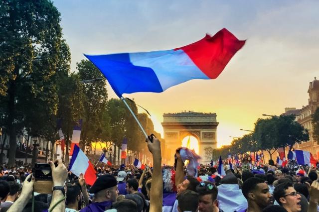 372609-coupe-du-monde-2018-l-equipe-de-france-defile-sur-les-champs-elysees-a-paris-4